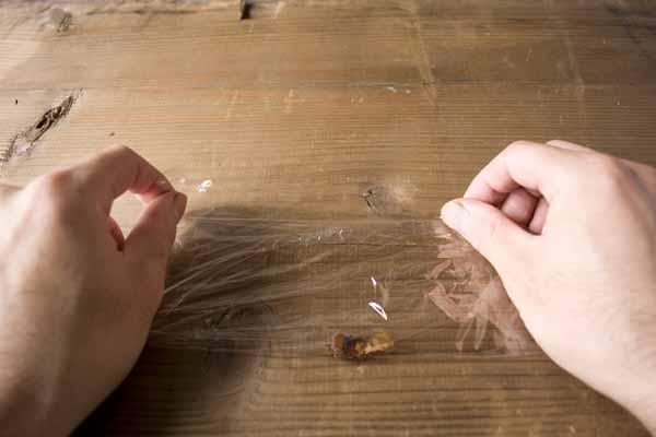 金継ぎで使う錆漆の作り方。サランラップを半分に折ります。