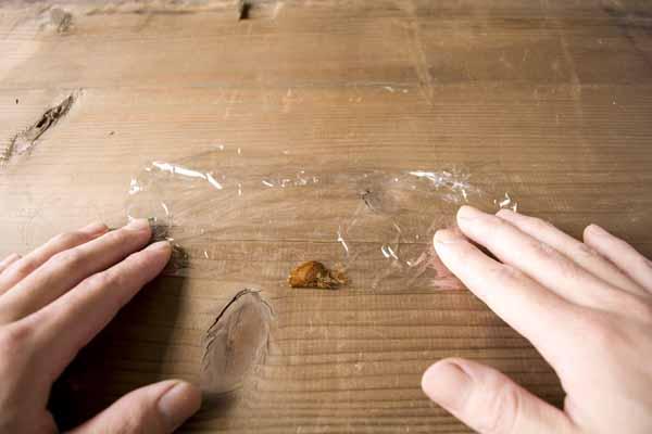 金継ぎで使う錆漆の作り方。サランラップが一度折られた状態。