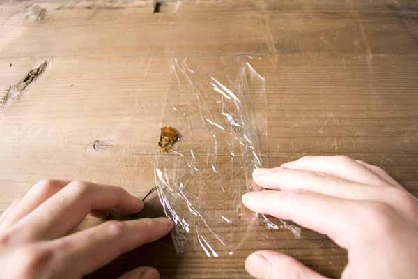 金継ぎで使う錆漆の作り方。サランラップを縦に置き直します。