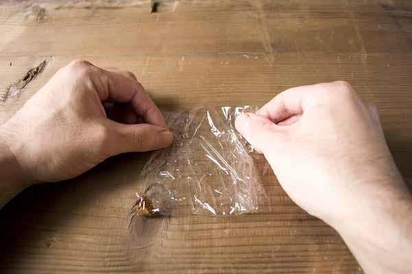 金継ぎで使う錆漆の作り方。サランラップを1/4に折ります。