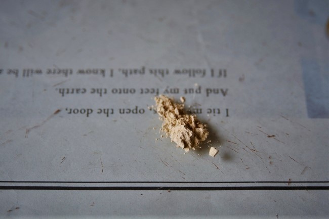 錆漆で使う砥の粉と水を練り合わせる