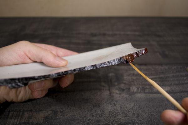 付け箆を使って麦漆をなるべく薄く均一に塗っていく。