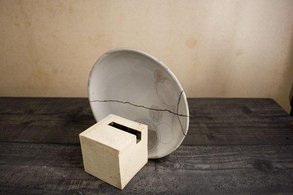 金継ぎ麦漆作業が済んだら、接着したまま重力がうまい具合にかかるように安置する。