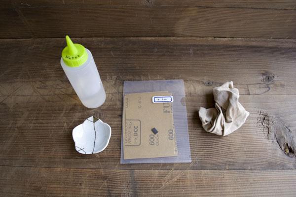 金継ぎの下塗り研ぎ作業で使う道具。豆皿、ペーパー、水、ウエス