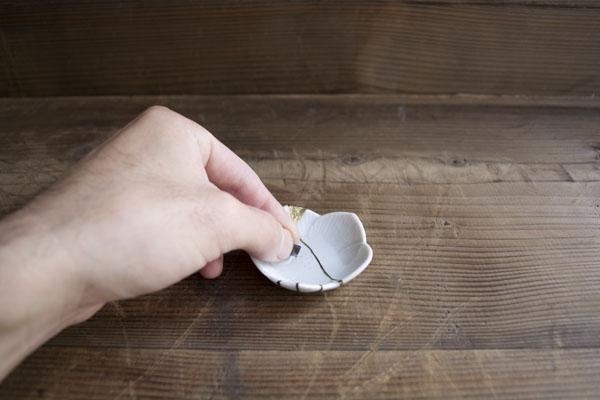 豆皿に入れた水に、漆の研ぎで使う耐水ペーパーを入れる