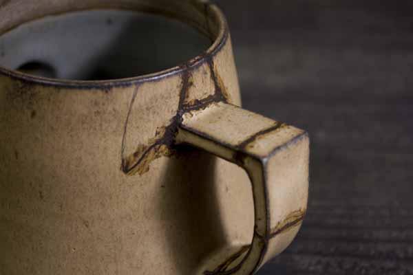 金継ぎの方法。取っ手の付け根部分にも錆漆を充填する