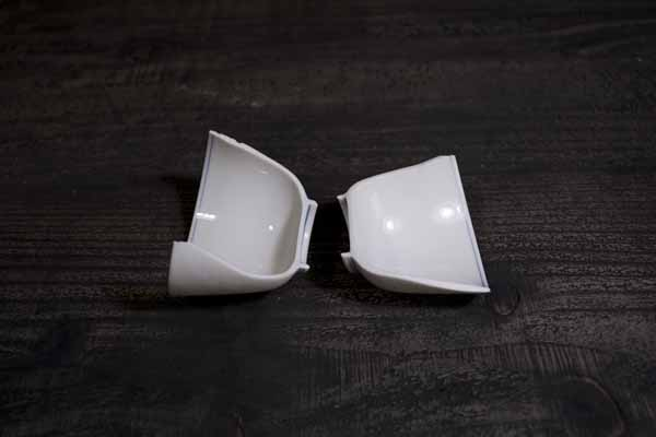 割れた白い湯呑の金継ぎ修理