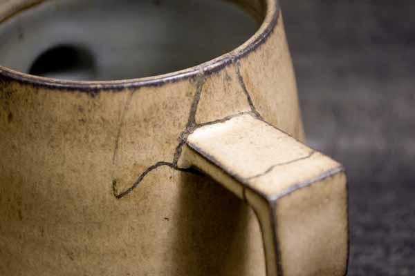 金継ぎの方法。取っ手の付け根の麦漆も削る