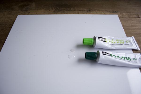 簡単金継ぎの接着で使うエポキシ接着剤のA剤、B剤を等量、作業板の上に出す。
