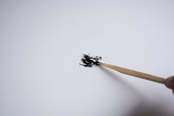 簡単金継ぎんの作業手順。接着剤に松煙を入れてよく混ぜる。