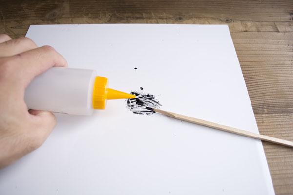 簡単金継ぎんの作業台として使った板を掃除する。テレピンを少量出してウエスで拭く。