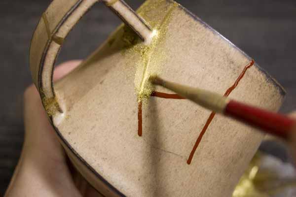 金継ぎの修理工程。漆の乾きかけの時に蒔絵をする