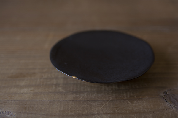 欠けた井山三希子の豆皿の金継ぎ修理