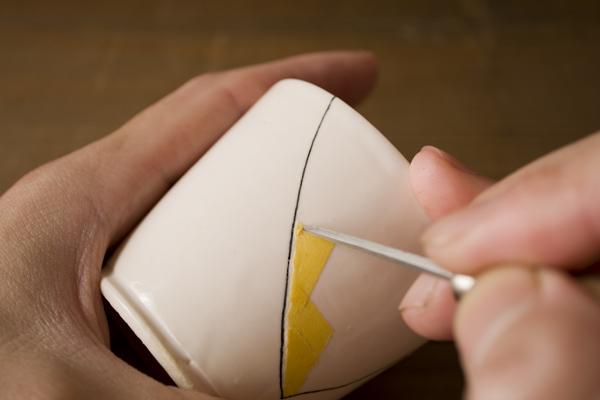 はみ出したテープを細い棒で動かして修正したあと