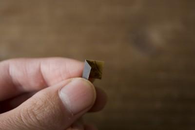 耐水ペーパーを三分の一のところで折り曲げる