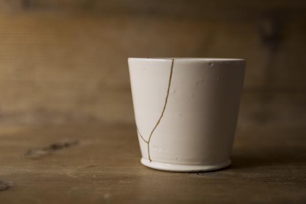 割れた岡田直人のコップの金継ぎ修理