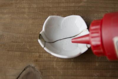 豆皿に水を少し入れる