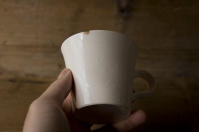 欠けた岡田直人のマグカップの金継ぎ修理
