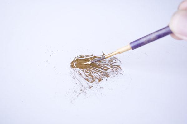 簡単金継ぎの方法。先ほど油を洗い流した筆で新うるしを付ける。