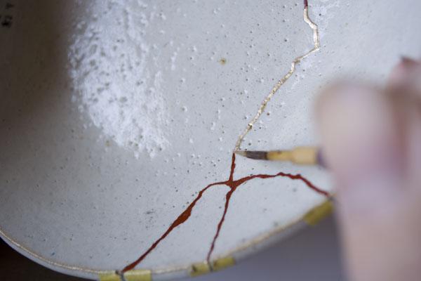 簡単金継ぎの方法。新うるしを塗っていく。
