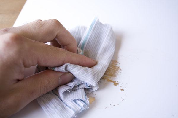 簡単金継ぎの方法。作業板の上の新うるしをウエスできれいに拭き取る。