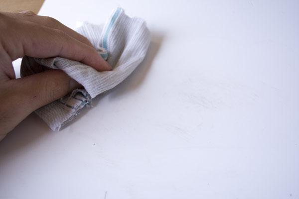 簡単金継ぎの方法。新うるしをウエスで拭きとる。