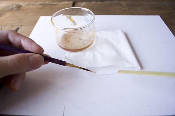 簡単金継ぎの方法。合成うるしの塗りが終わったら筆を洗う。