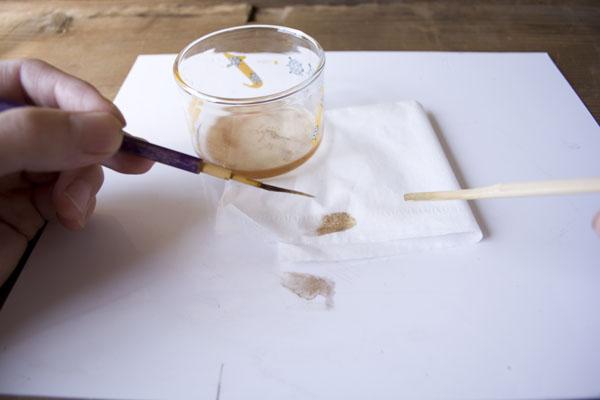 簡単金継ぎの方法。筆を洗ってうるし分を掻き出す。