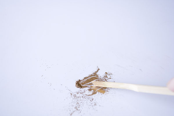 簡単金継ぎの方法。作業板の上に真鍮粉を出す。