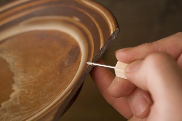 割れた器の本体のエッジを削る