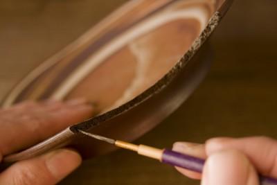 割れた器の断面に漆を塗っていくやり方