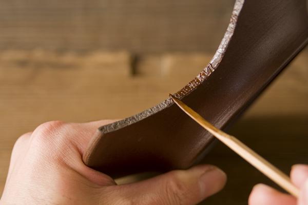 割れた器の断面に麦漆を塗布していく