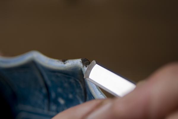 金継ぎの錆削り作業では、欠けた部分に埋めた錆漆を削っていく