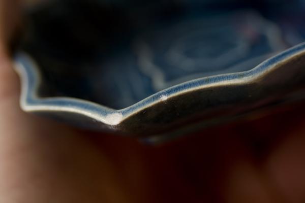 金継ぎの素地調整の方法としてはリュータ―で軽くエッジを削ったあと