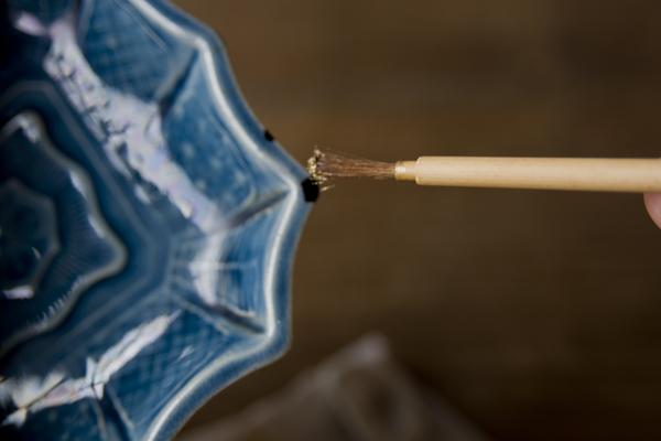 金継ぎの蒔絵作業では筆に真鍮粉をつける