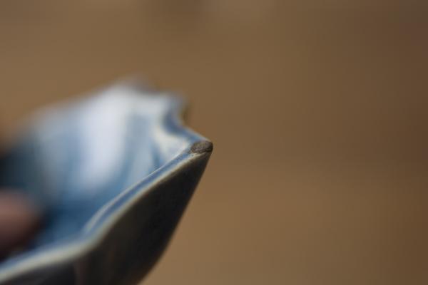 金継ぎの錆漆研ぎでは研ぎ汁を拭き取りつつどのくらい研げているのかをチェックする。