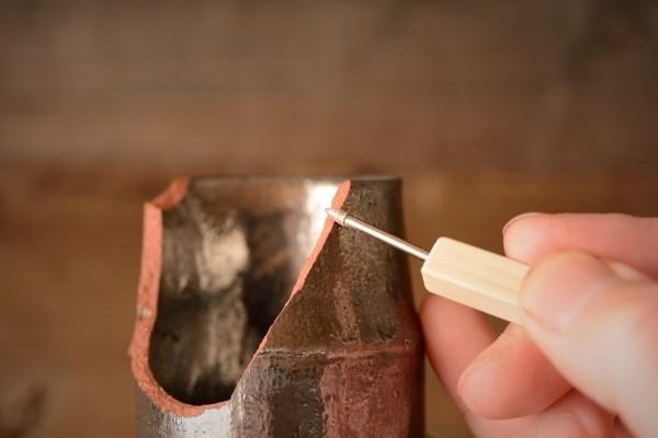 金継ぎ修理方法。まずは割れた断面のエッジを丸くする作業。