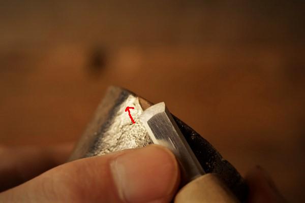 刻苧漆が乾いたら彫刻刀で削っていきます。