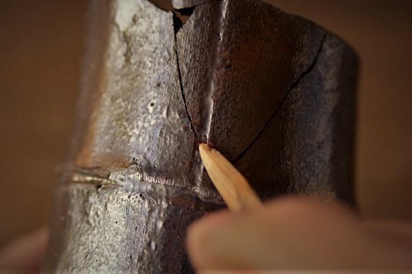 金継ぎの修理方法。破片同士を接着した際にできた隙間に刻苧漆を詰めていく。