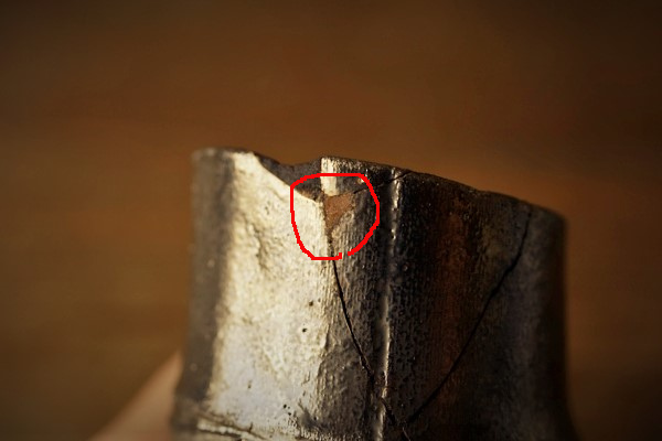 割れた器の金継ぎ方法。充填する箇所の周りと同じレベルになるように(面位置になるように)いっぱいいっぱい刻苧を詰めます。