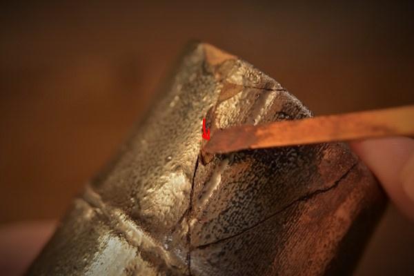 金継ぎの方法。錆漆は割れた破片同士の接着ラインに対して「直角気味」に付けて、隙間に入れていく。