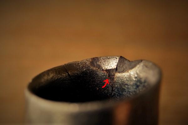 割れた器の金継ぎ方法。器の内側からも刻苧を詰めていきます。