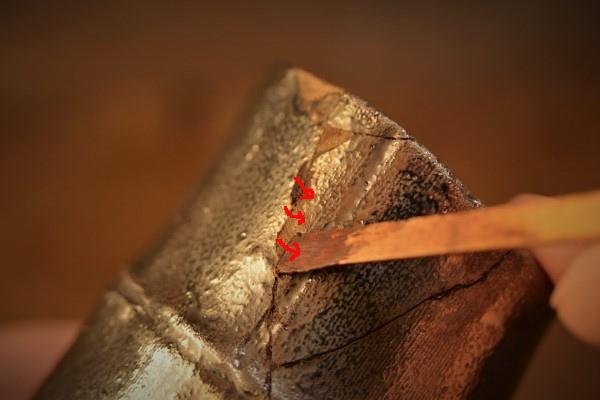 金継ぎの方法。錆漆を直角に入れていく作業を繰り返す。