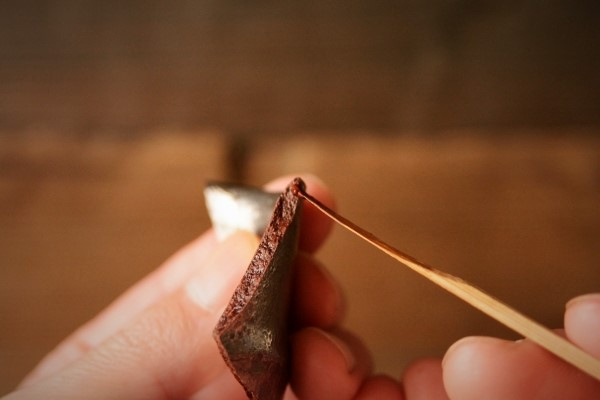 割れた器の金継ぎ方法。割れた破片の方にも麦漆を塗っていく。