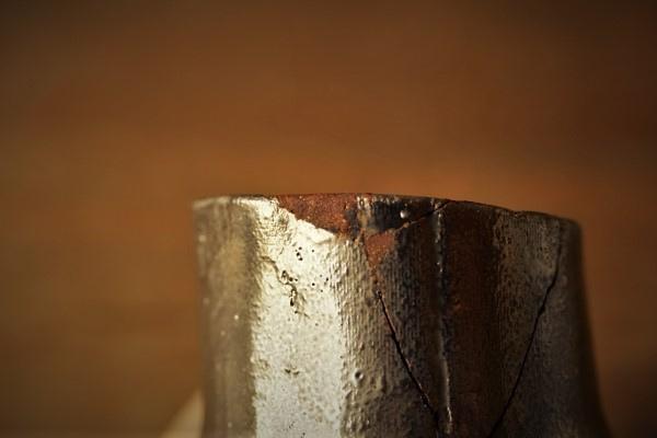 割れた器の金継ぎ方法。サランラップを丁寧に剥がします。