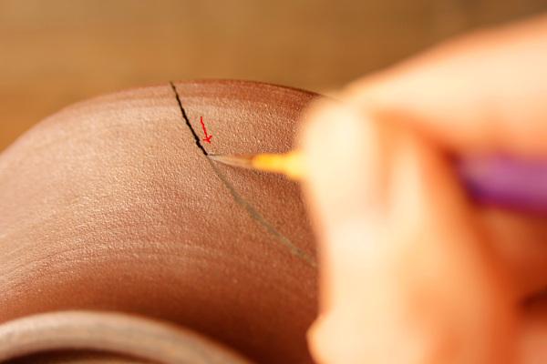 矢印の方向にはみ出しすぎないように気を付けて漆を塗り進める