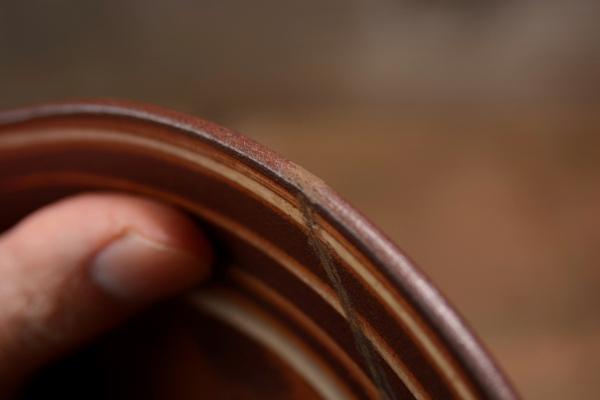 器の縁の錆漆を削り終わった