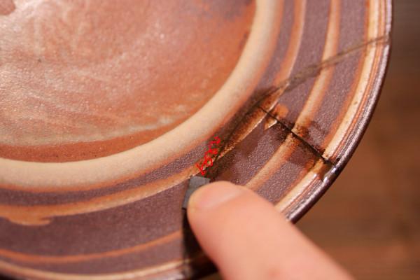 錆漆をペーパーで研ぐ。前後左右にペーパーを動かして研いでいく