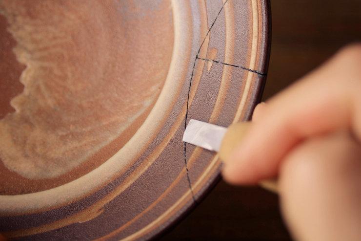 麦漆を彫刻刀で削る