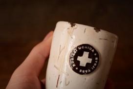 ひびの入った内田剛一のコップの金継ぎ修理